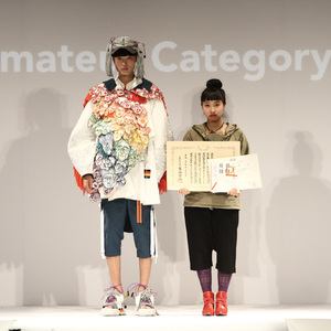 新人デザイナーファッション大賞アマ部門の大賞発表、バルムングによるショーも