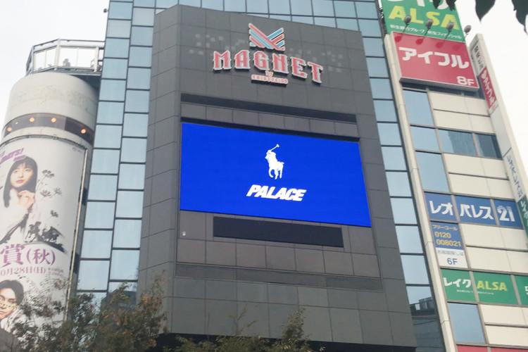 渋谷のスクランブル交差点に出現したダブルロゴのグラフィック