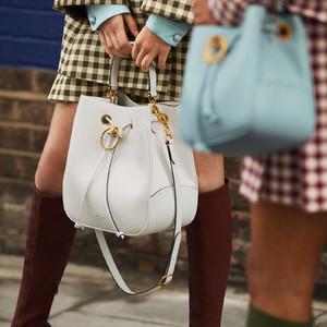 マルベリー、60年代にインスパイアされた新作バッグ「ハムステッド」が登場