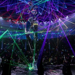 「ディオール」東京ショーに空山基の巨大ロボ、レーザービームの異空間で初のメンズプレフォールコレクション発表