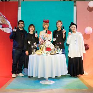 「モトナリ オノ」デザイナーの小野原誠がINFOBARをモチーフにした衣装を制作、最上もがが発表会で着用モデルに
