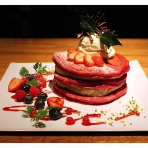 クリスマスにぴったり、オールデイカフェ「crisscross」から真っ赤なパンケーキが登場
