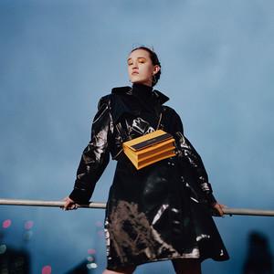 「チャールズ&キース」が渋谷スペイン坂にオープン、田中シェンのイラストが施されたバッグも