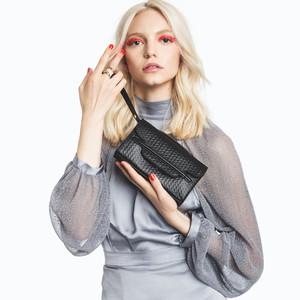 往年のイタリア女優のパパラッチ写真に着想したバッグコレクション「ザネラート」が発売