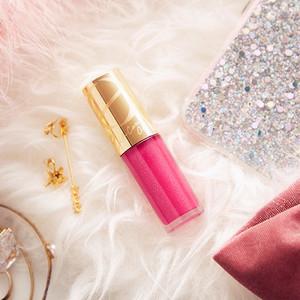 エクセルが人気の「リップケアオイル」から限定色を発売、7色のパールを配合したピンクカラー