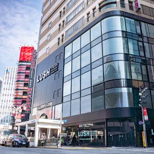 ラッシュ、コムサストア新宿店跡地にアジア最大規模の旗艦店オープン
