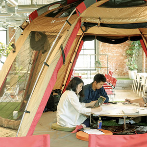 テント内での会議も提案、サブスクライフがオフィス向けに「スノーピーク」の家具提供
