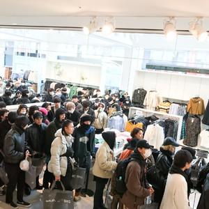 「H&M×エイティーズ」発売に400人行列、オープン30分でウェアが完売