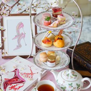 「マノロ ブラニク」監修、桜と抹茶をテーマにしたアフタヌーンティーがザ・リッツ・カールトン大阪に登場