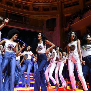 「トミー ヒルフィガー」多様性や自由を祝したショーをパリで開催、ゼンデイヤとのコラボを披露