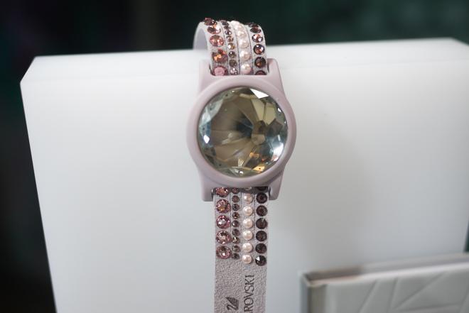 クリスタルをスマホに置いて同期、スワロフスキーがトラッキングジュエリーを来春発売 | Fashionsnap.com