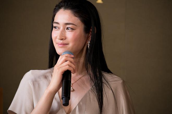 ベージュのトップスで話を聞く姿が美しすぎる女優・小雪