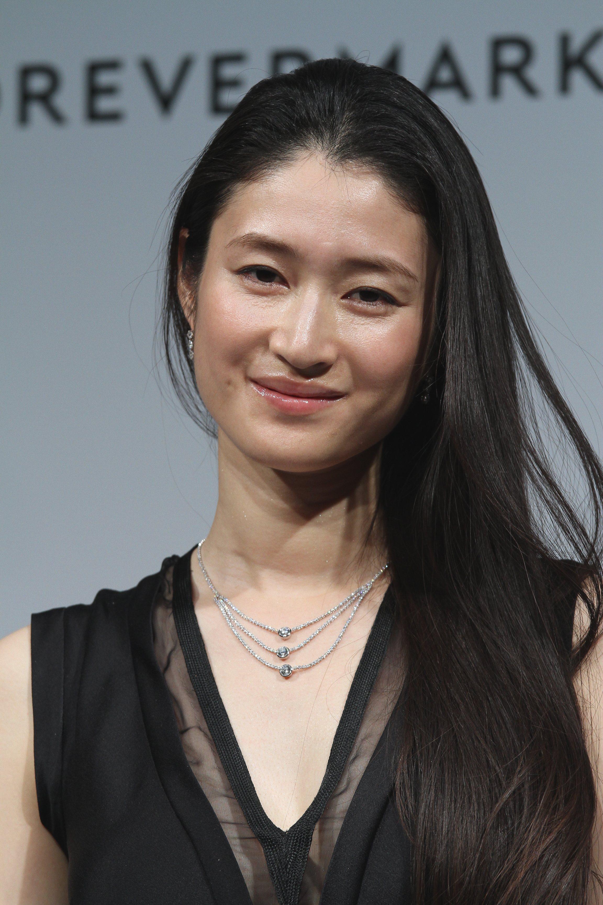 ブラックのドレスに三連のダイヤのネックレスを着こなす美しすぎる女優・小雪